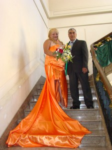 Eliana junto a su marido en el Palacio Municipal el día de su unión civil