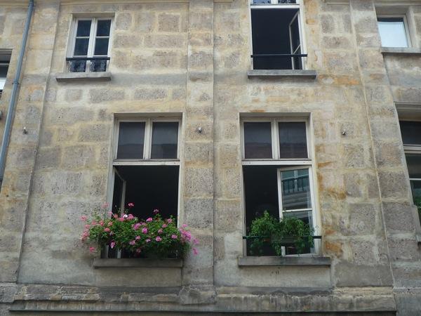 Frente de un edificio parisino las dos ventanas grandes no parecen